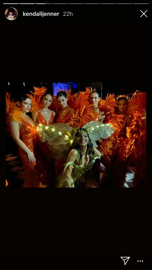 Les serveuses déguisées en... Kendall Jenner, lors du Met Gala 2019, pour son Halloween Party !