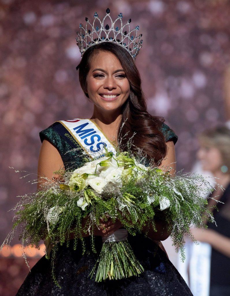 Miss Tahiti, Vaimalama Chaves élue Miss France 2019 lors de la cérémonie d'élection au Zénith de Lille.