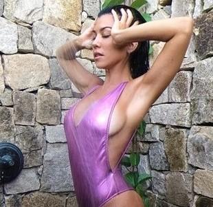 Poitrine Kourtney Kardashian après prothèses